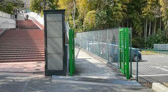 緑色のフェンスから入ってエントランスへ